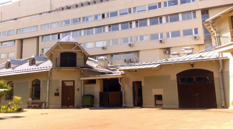 Флигеля и конюшня построены также по проекту Федора Шехтеля в едином стиле.