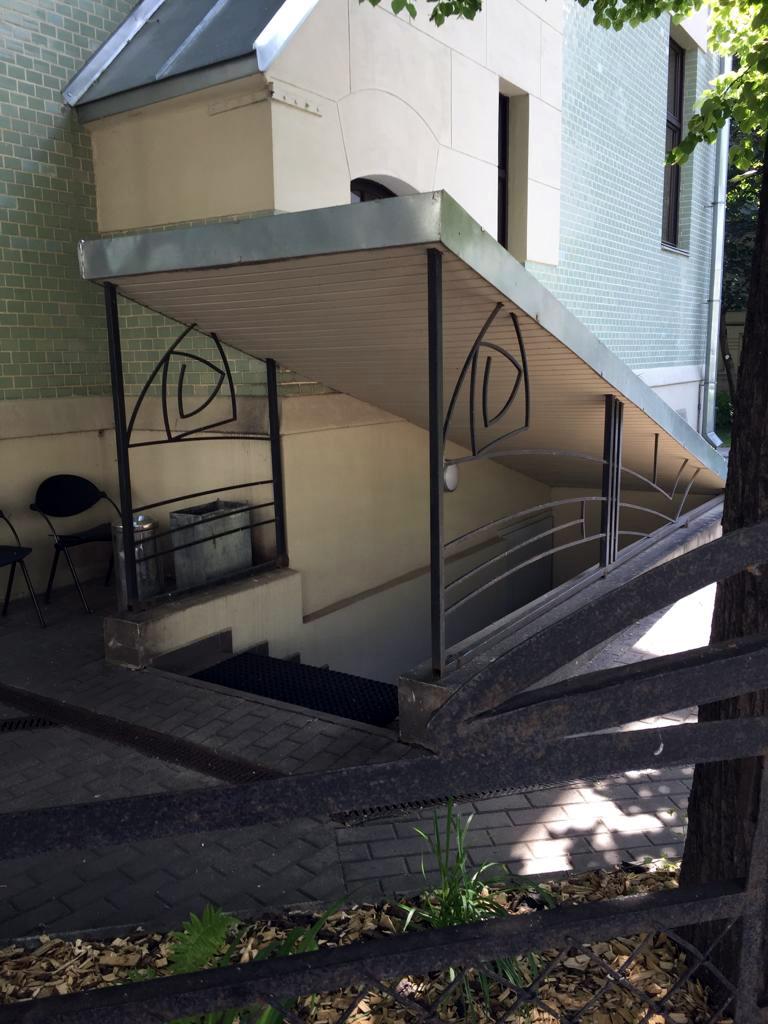Вход в подвал особняка. Это уже новодел, но с попыткой стилизации под оригинальную решетку исторической ограды.