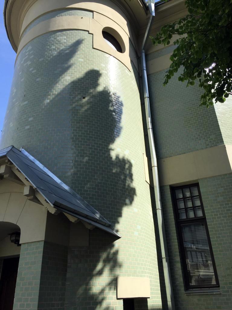 Угловая полукруглая башня с входом на лестницу.