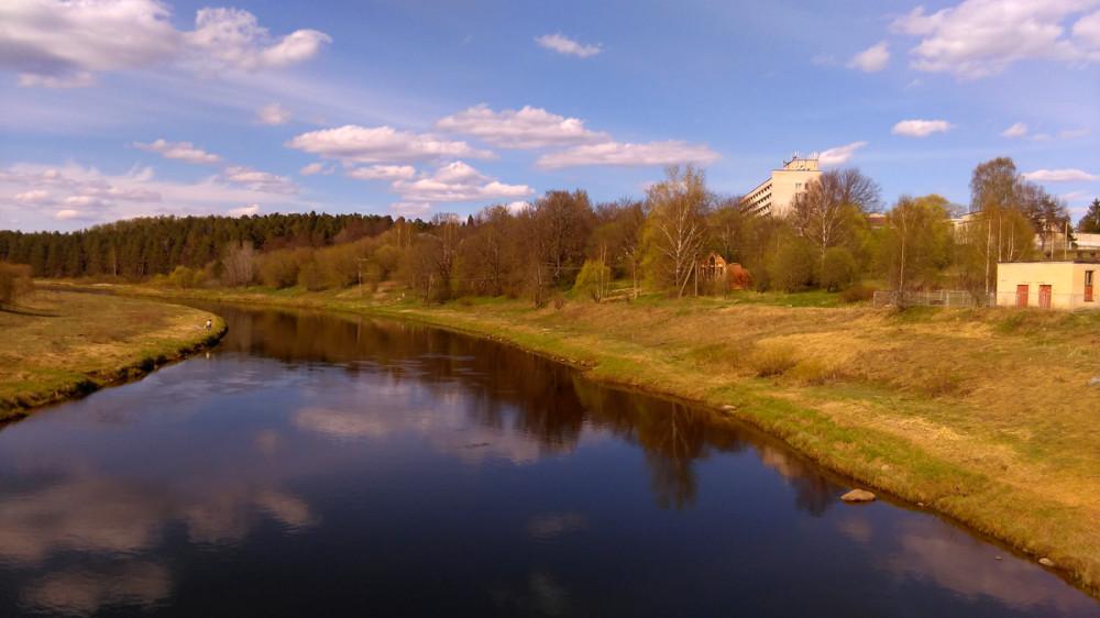 Вид с моста на усадьбу и санаторий, расположенный на ее территории.