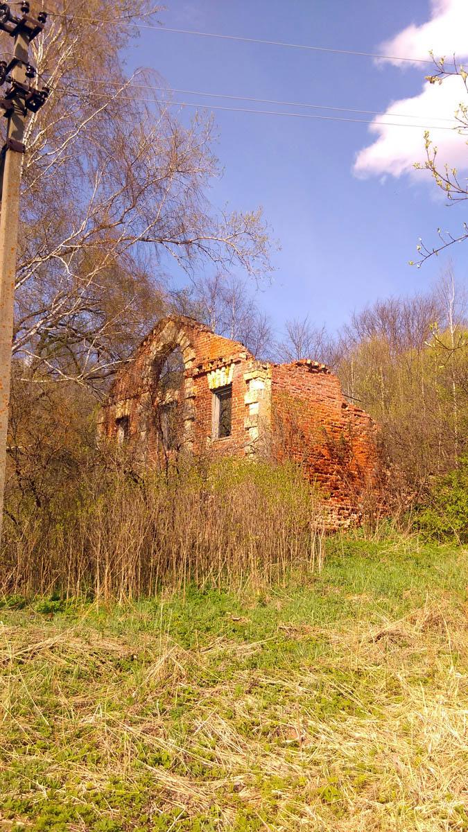Идем вдоль берега к руинам гостиницы для купцов.