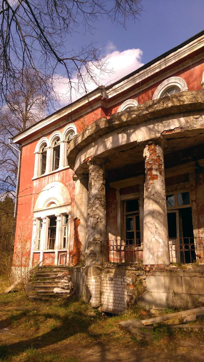 Первый дом появился в 80-е годы XVIII в., он был  одноэтажным, деревянным, оштукатуренным, на высоком фундаменте, отделанном камнем-валуном. А ныне существующий дом,был построен в 1830-е годы на месте старого дома.