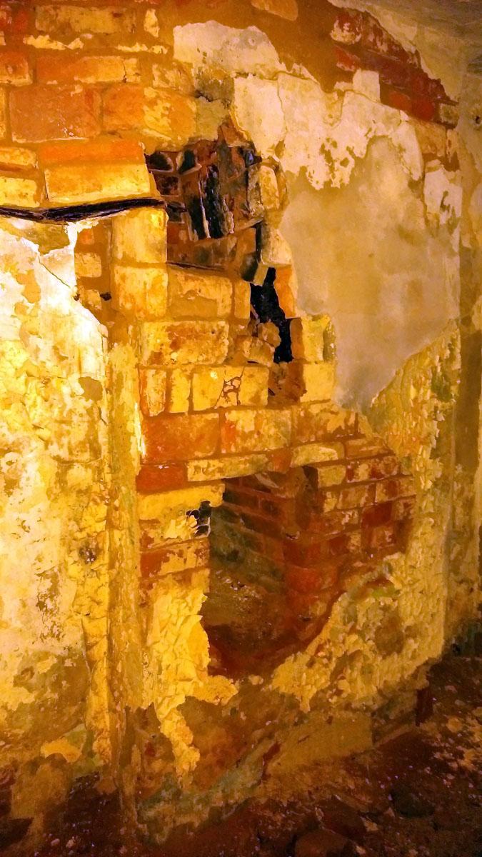 В подвале остатки печей... и полная тьма. Делаю несколько фотографий...