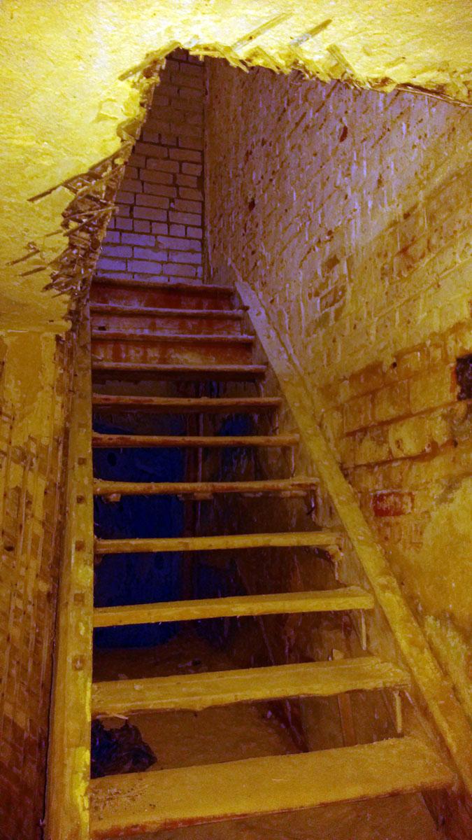 ... и возвращаюсь по лестнице на первый этаж
