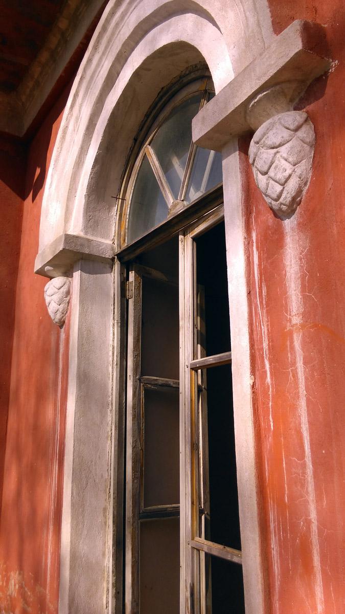 Вид на окно второго этажа с балкона...