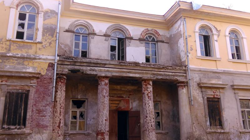 Противоположенный берегу фасад дома...
