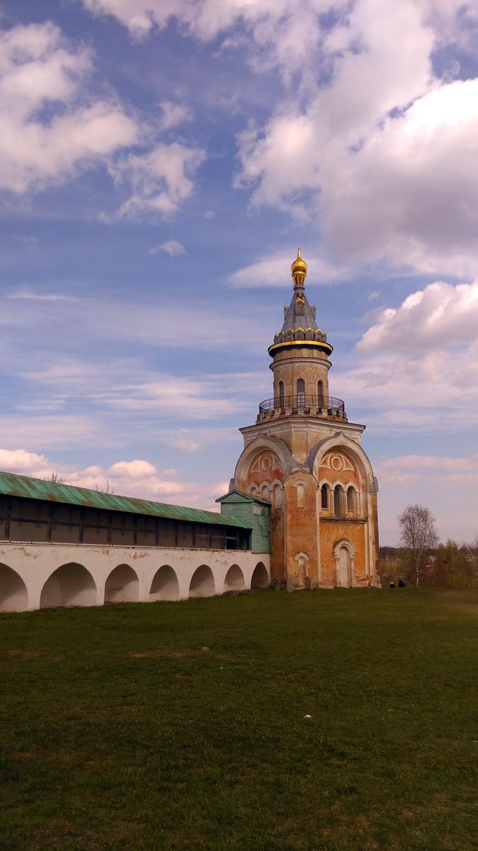 Торжок. Новоторжский Борисоглебский мужской монастырь. Свечная башня и Северная стена монастыря.