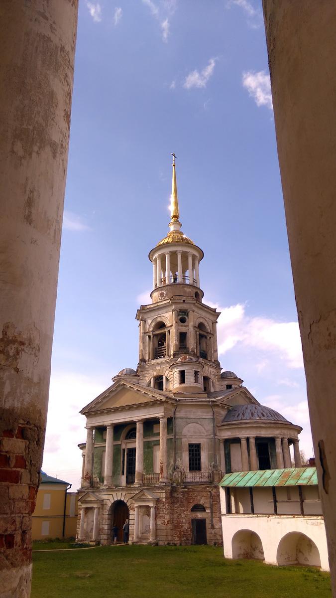 Надвратная колокольня с храмом Спаса Нерукотворного Образа
