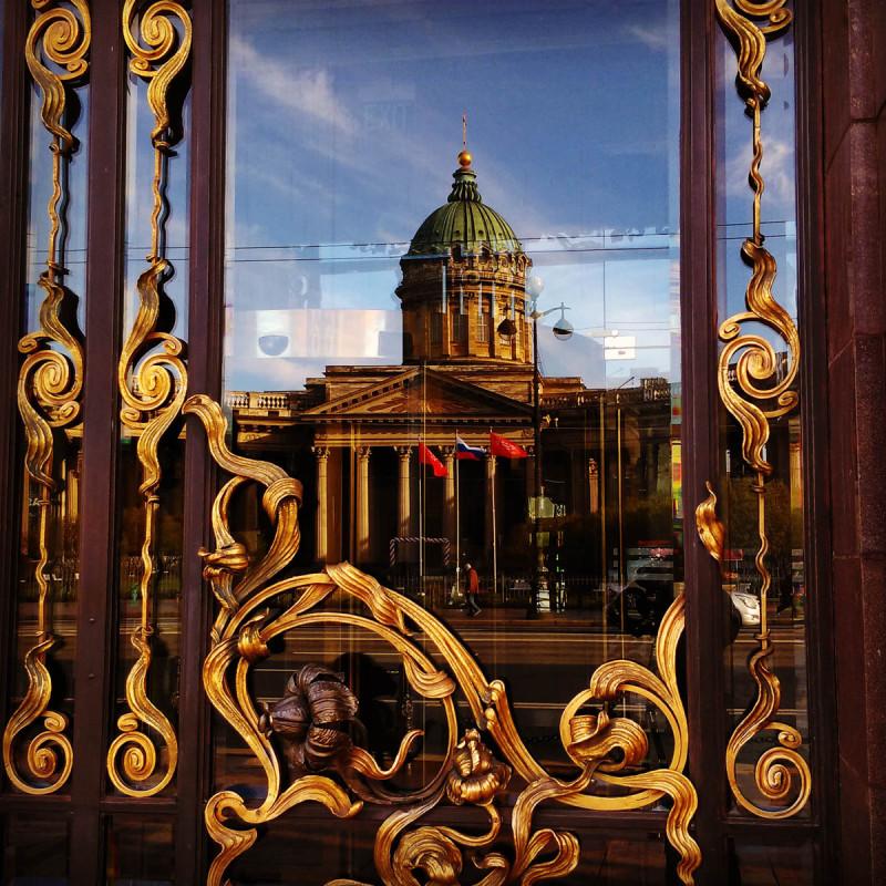 """А в дверях Дома компании """"Зингер"""" отражается Кафедральный собор Казанской иконы Божией Матери"""
