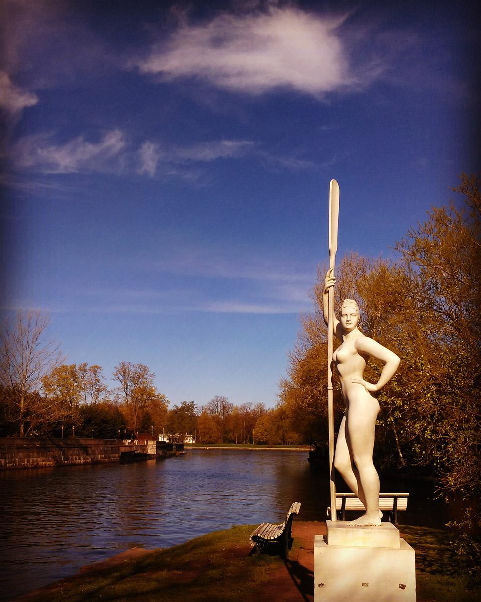 Девушка с веслом на Безымянном острове. Остров искусственного происхождения - возник в 1830-х при прокладке канала.