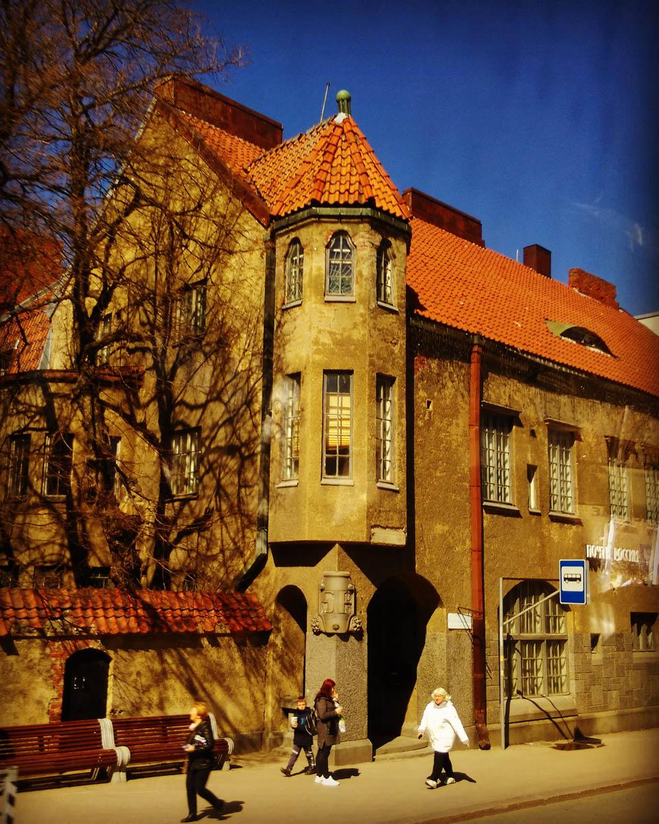 """Сортавала. Почтамт.  Здание построено архитектором Уно Ульбергом в 1913 г. для размещения """"Объединённого банка Северных стран""""."""
