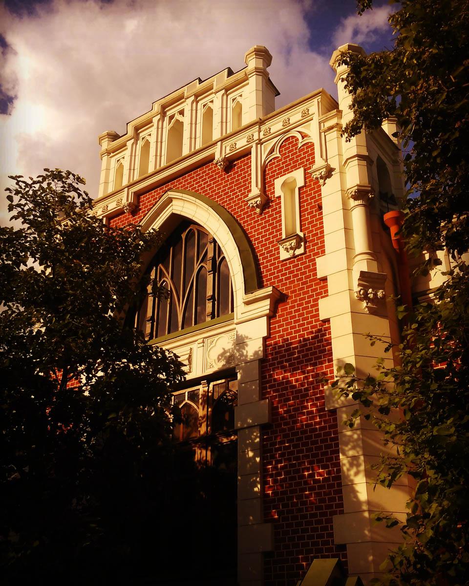 А это уже Москва. Бывший особняк А.А. Бахрушина. Построен в 1895—96 годах. Архитектор К.К. Гиппиус. В 1937—38 годах надстроен и сооружена пристройка. Архитектор И.Е. Бондаренко.