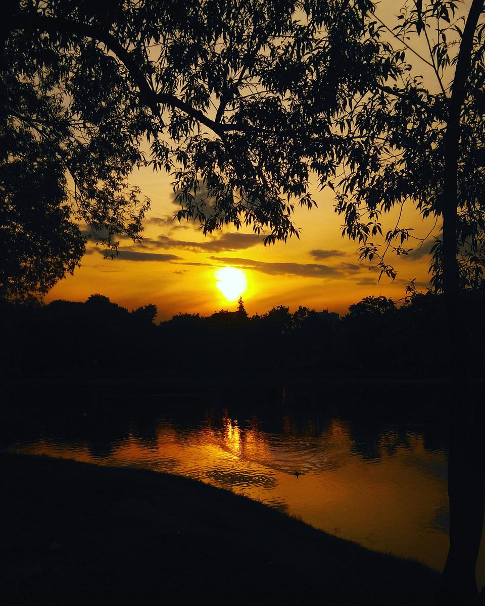 Закат отражается в Новодевичьих прудах...
