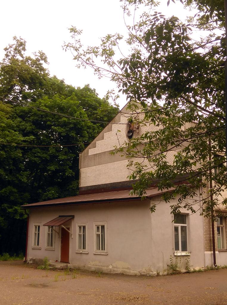 Главный дом и более поздняя пристройка к нему.