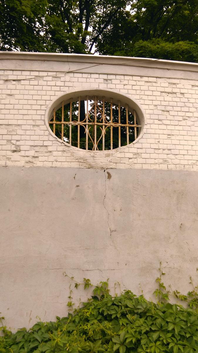 Овальное окно стены-ограды.