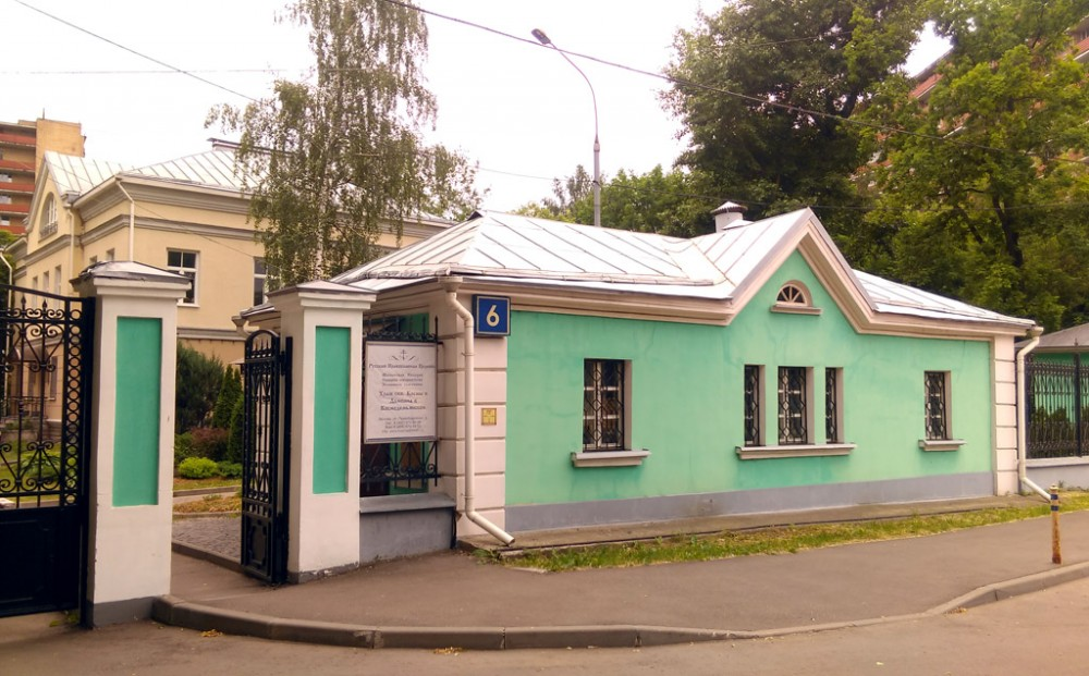 Служебное здание при входе на территорию храма.