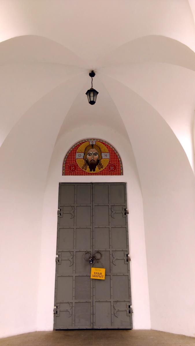 На дверях храма тоже замок...