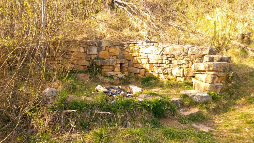 Здесь добывали известняк открытым способом. Из его остатков, кто-то сложил опорную стенку.