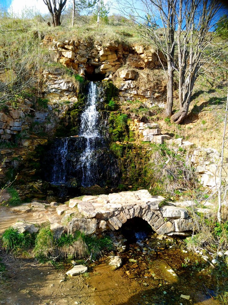 Водопадик небольшой, метров 4-5. Но водичка бежит довольно бодренько. Напротив каменный мостик. Естественно, этот мостик не имеет отношения к Государевой дороге.