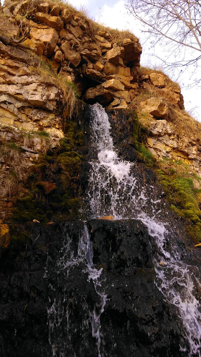 Бывший здесь карьер вскрыл подземную речку - образовался водопад.