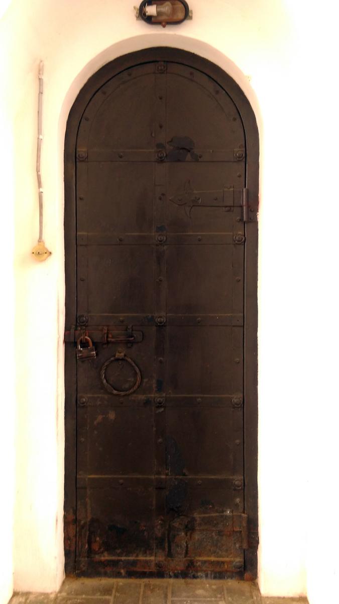 Пару снимков под сводами колокольни.... Железная дверь и...