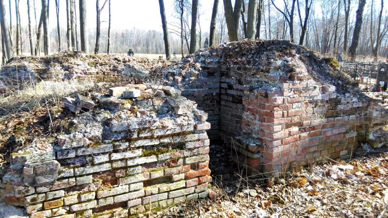 Остатки фундамента надвратной шатровой колокольни 1680 года постройки.
