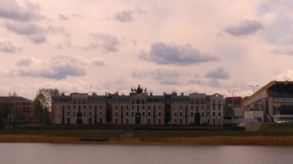 Здание с квадригой на крыше, я принял за неудачно отреставрированное историческое здание. Но нет, это жилой комплекс 2014 года постройки.