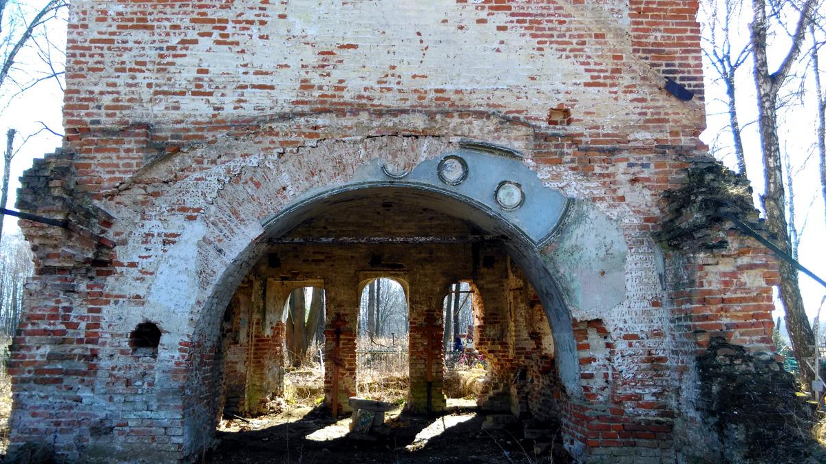 Частично сохранилась лепнина над аркой,