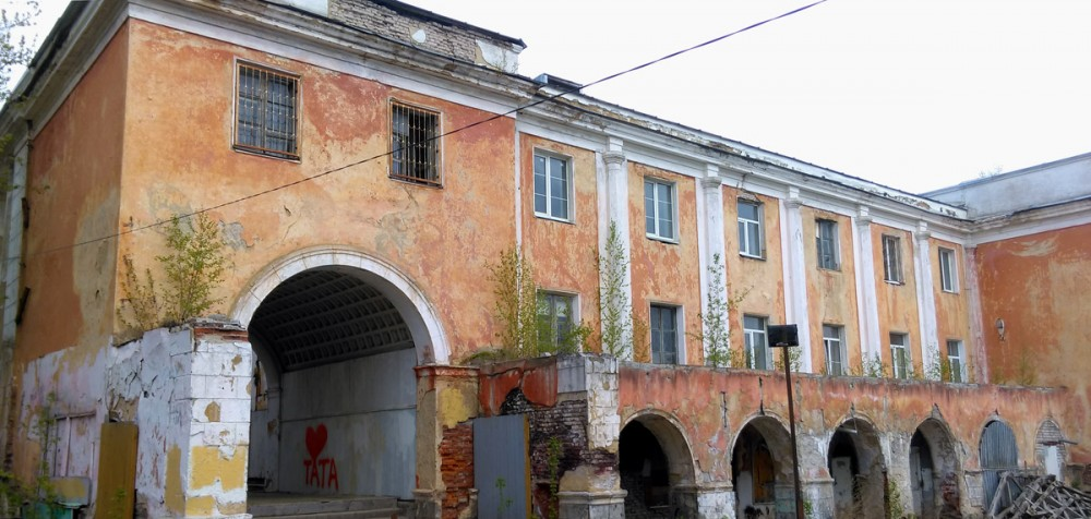 Самый верхний порт на Волге.Вокзал был построен в 1938 году на месте взорванного Успенского Отроч монастыря (о монастыре чуть ниже) . Авторы проекта — архитекторы П. П. Райский и Е. Н. Гаврилова.