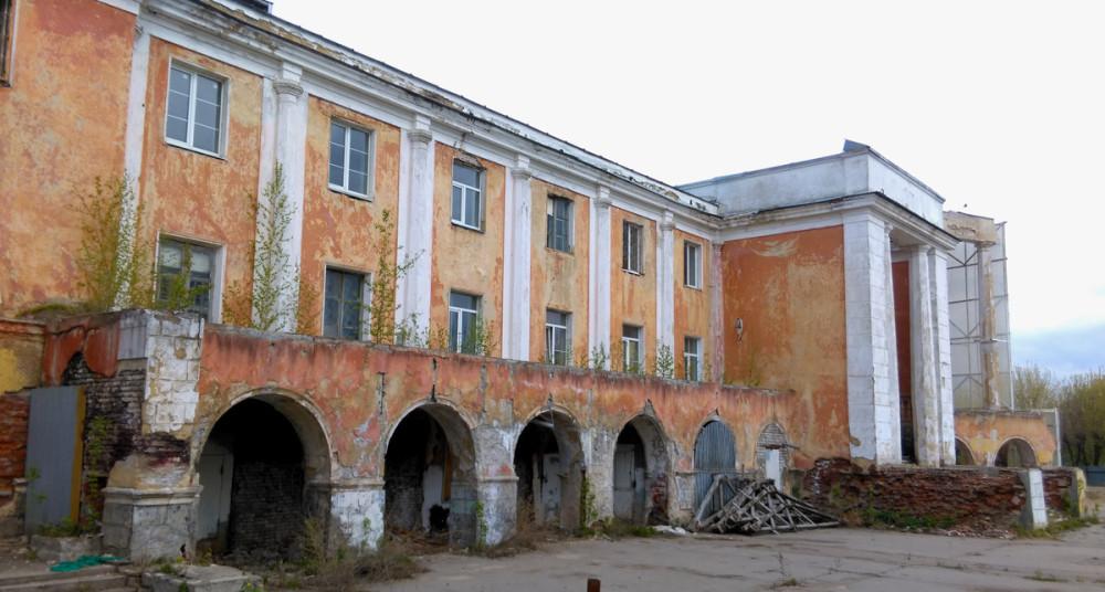 Здание речного вокзала долгое время не ремонтировалось и фактически разрушалось.