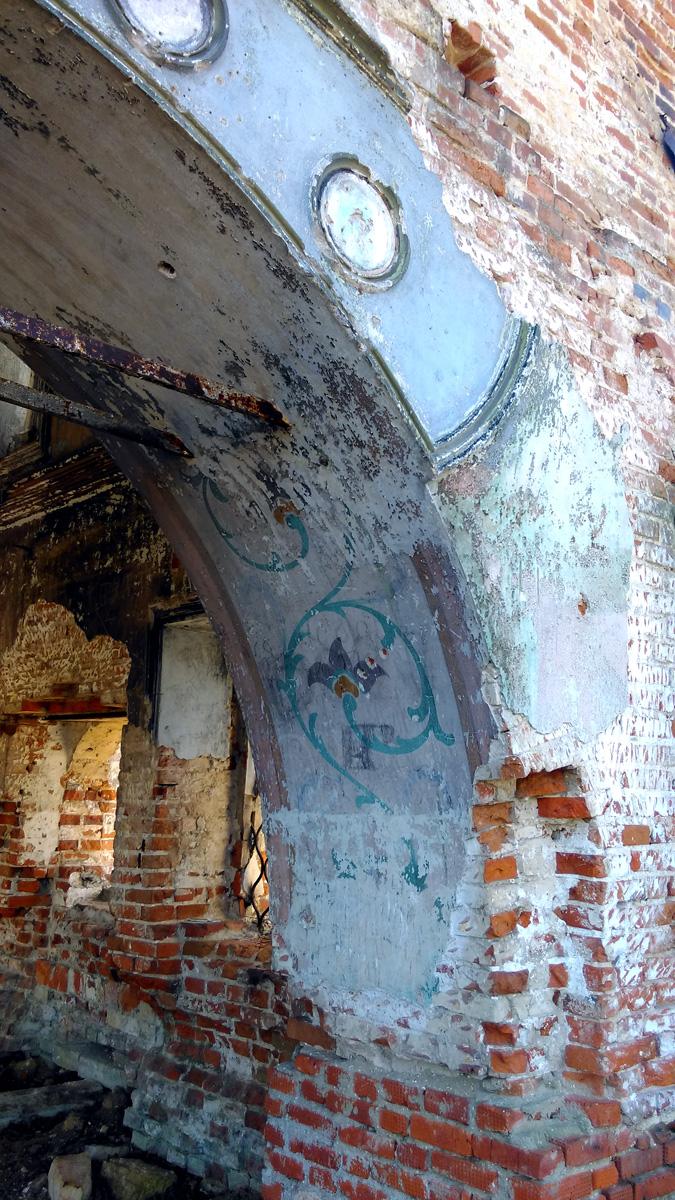... а так же роспись на арке и стенах.