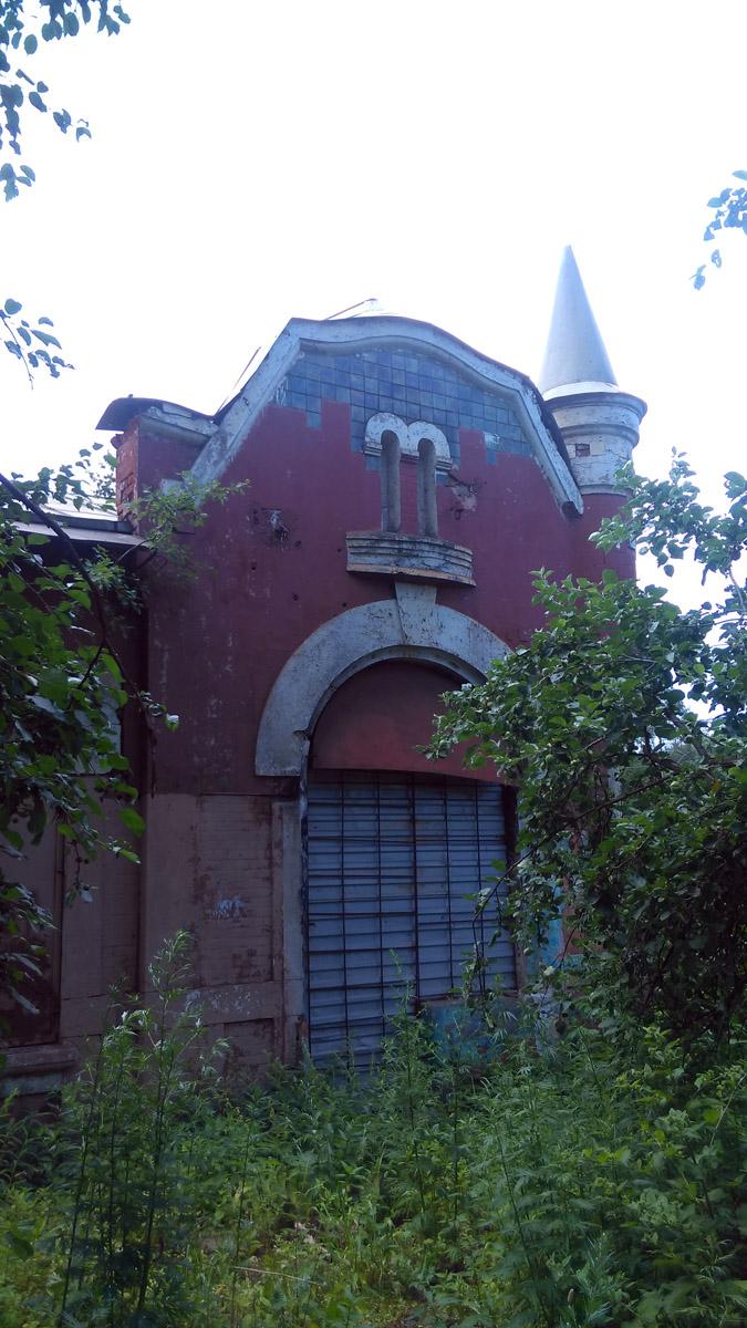 В 1930–1950 гг. здесь располагалось общежитие для железнодорожных рабочих, работающих на дистанции пути станция Зыково (ныне — платф. Гражданская) – станция Павшино.