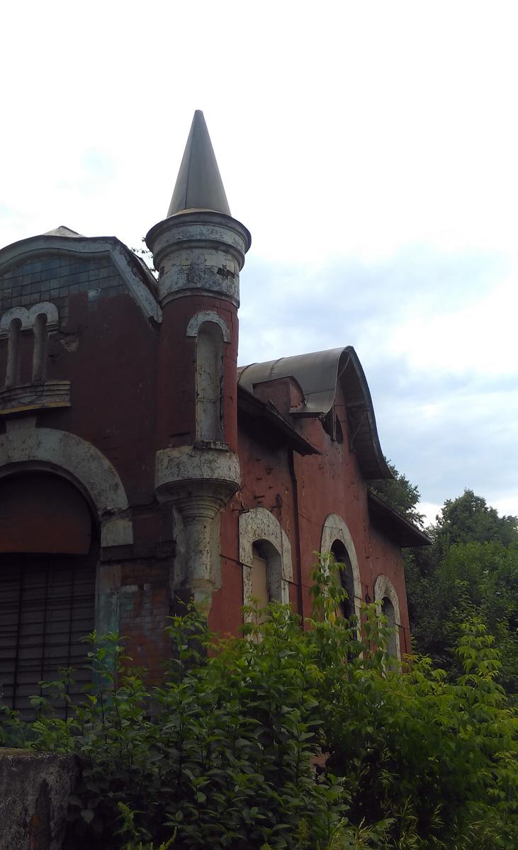 Угловая башенка придает зданию вид маленького замка...