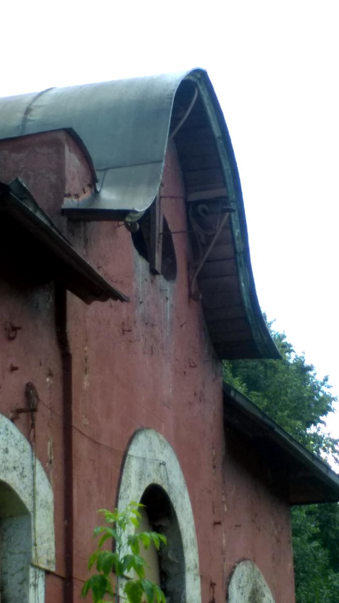 Видны характерные кованные декоративные подпорки крыши.