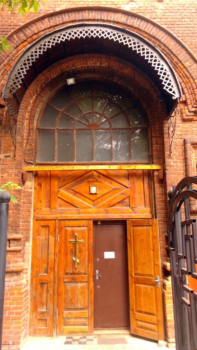 Главный, пятиглавый Троицкий собор был выстроен в 1885-1887 (архитектор А. П. Белоярцев) с временной деревянной колокольней. В 1882 году строится церковь Казанской иконы Божией Матери. В 1886 году община становится монастырем.