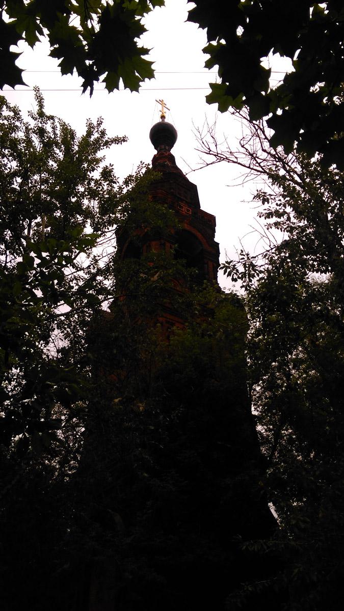 Продолжаю путь, красивая и одинокая колокольня постепенно скрывается за деревьями....