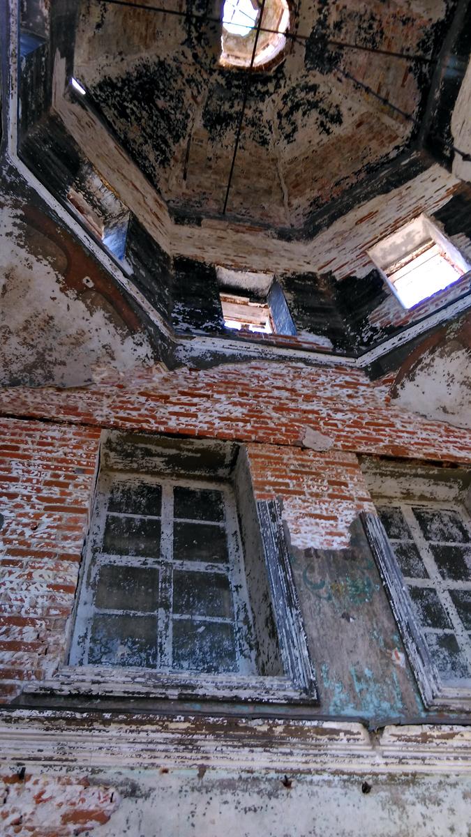 На одной из стен окна заложены кирпичом, но при этом нарисована их имитация.