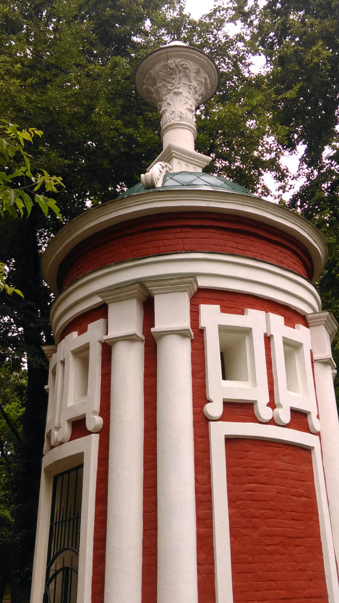 Беседка-ротонда в Усадьба Михалково.  Построена в 1773–1776 гг. по заказу графа, генерал-аншефа П.И. Панина, как напоминание о взятии под его командованием Бендерской крепости.