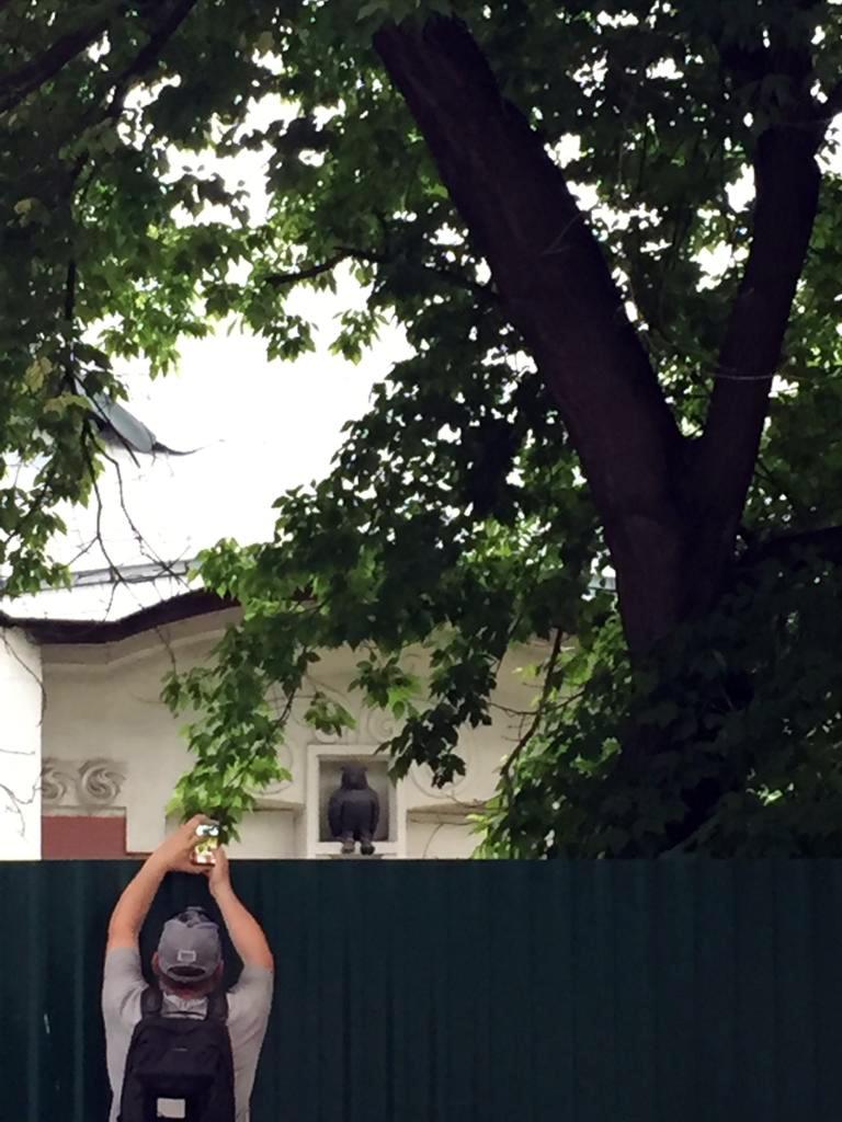 """А вот, знаменитый Дом с Совой приходится фотографировать через забор. Здесь тоже реставрация. Надеюсь, что Дом начальника участка станции Лихоборы  в неорусском стиле 1903–1908 гг.Архитектор А. Н. Померанцев, инженер С. Д. Карейша отреставрируют ближе к оригиналу, чем """"Знайку"""""""
