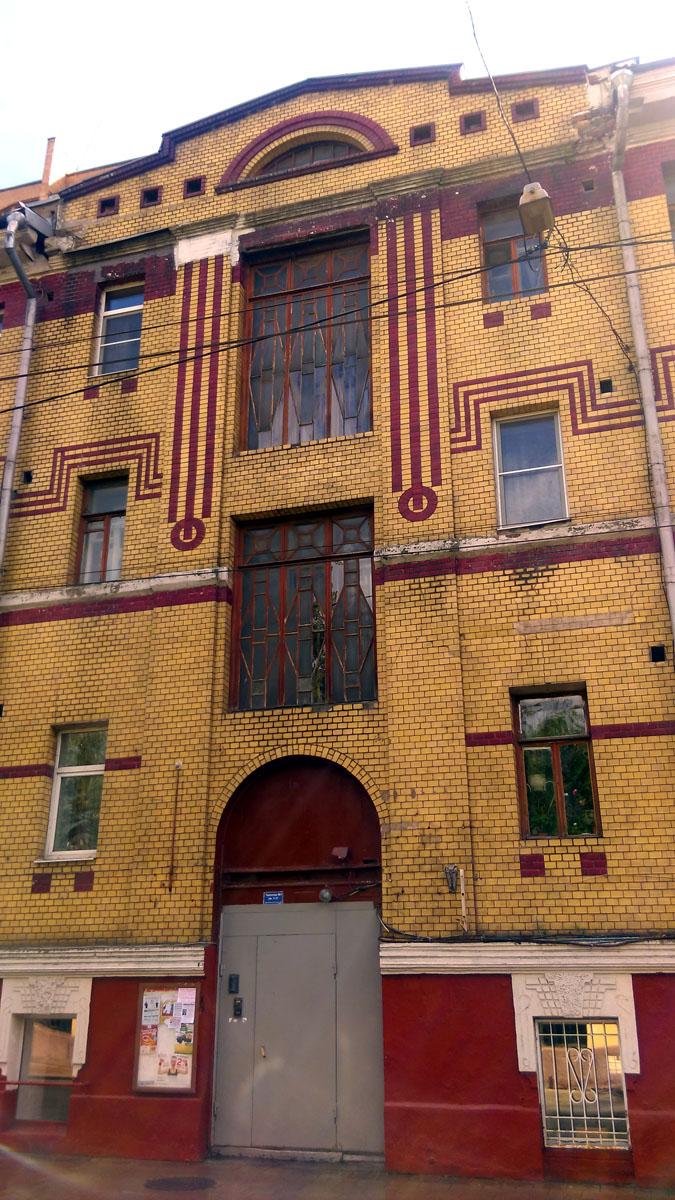 Бывший доходный дом А. Н. Чаброва — Е. С. Кулешовой, архитектор С. М. Гончаров. Здание построено в 1913 г. по индивидуальному проекту.