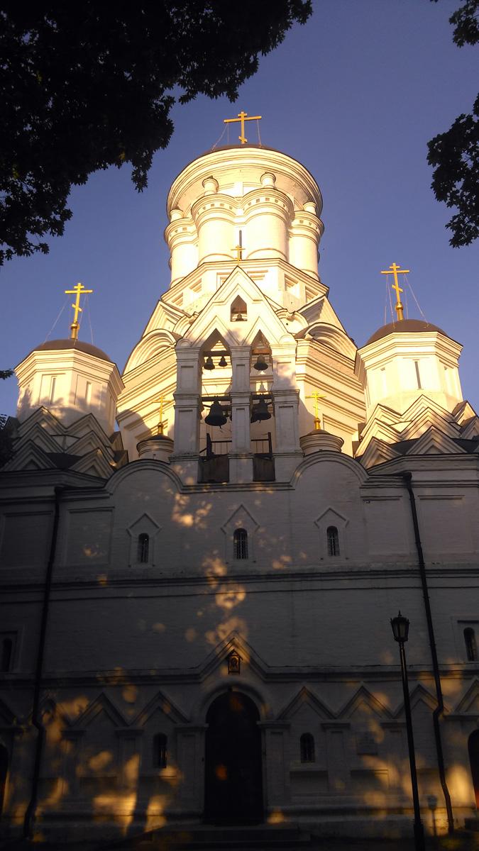 Храм Усекновения главы Иоанна Предтечи в Дьякове. Собственно, уже в названии ответ на вопрос, почему у храма такие непропорционально маленькие плоские купола.