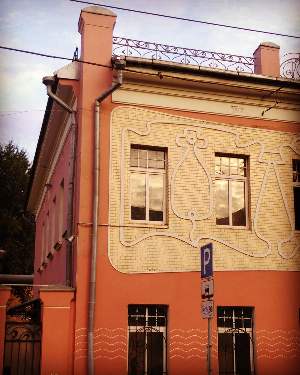Двухэтажный особняк в стиле модерн. Конец XVIII — XIX век, перестройка в стиле модерн, предположительно, проведена в 1911 году.