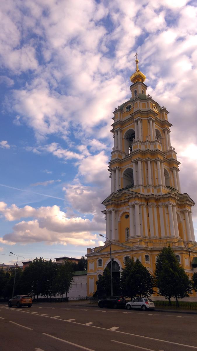 Надвратная колокольня с церковью Сергия Радонежского Новоспасского монастыря.
