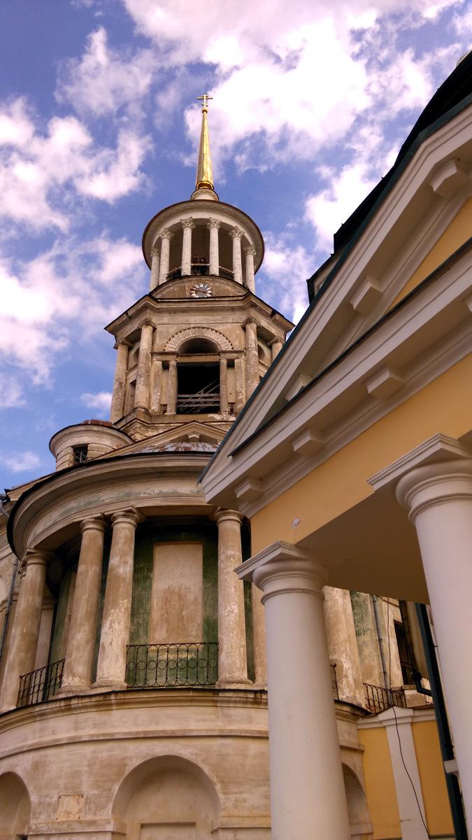 Колокольня построена в 1804-1811 гг. арх. Ананьиным, возможно, по проекту Н. А. Львова.  Высота надвратной церкви от подошвы до яблока на шпиле - 53,5 метра. До сих пор это самое высокое здание города.
