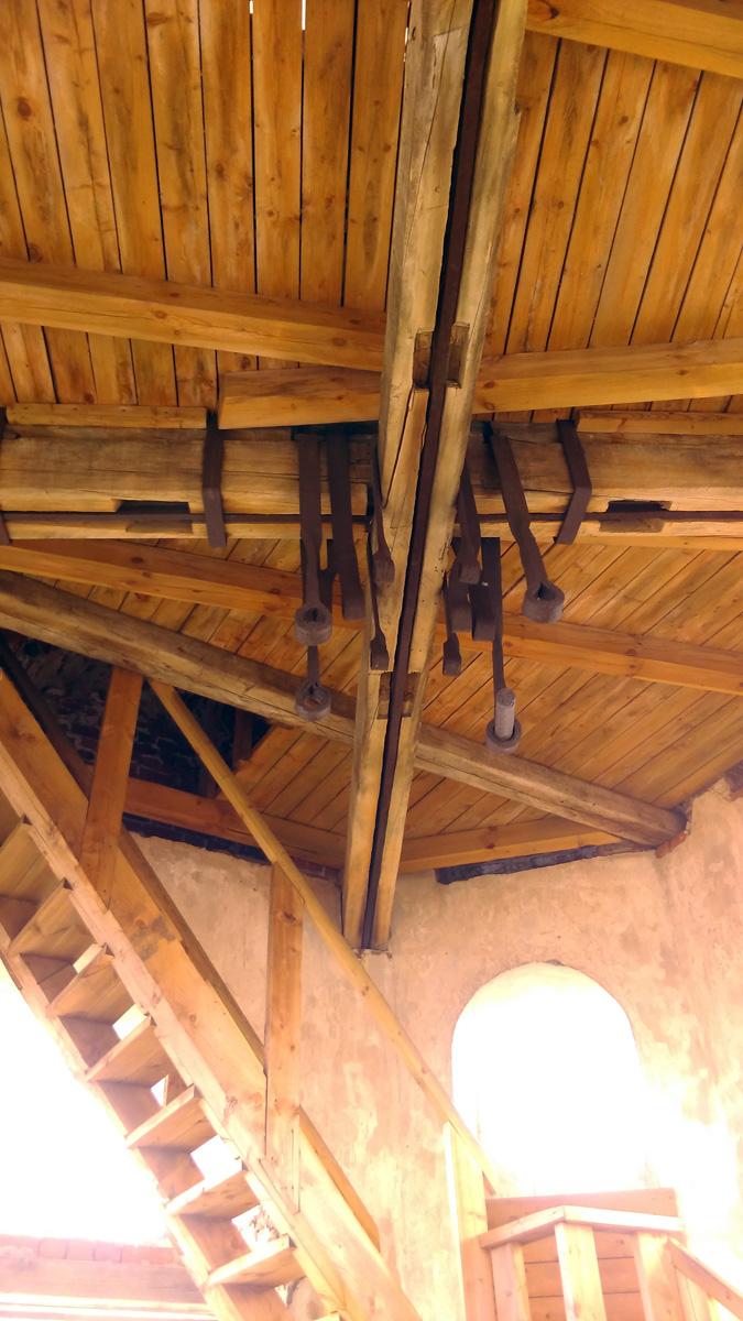 В начале 20 века в звоннице колокольни было от 11 до 13 колоколов. Самый главный  колокол, отлитый мастерами на заводе братьев Капустиных в Твери в 1849 году, весил более 10 тонн. Сейчас остались только кронштейны к которым они крепились.