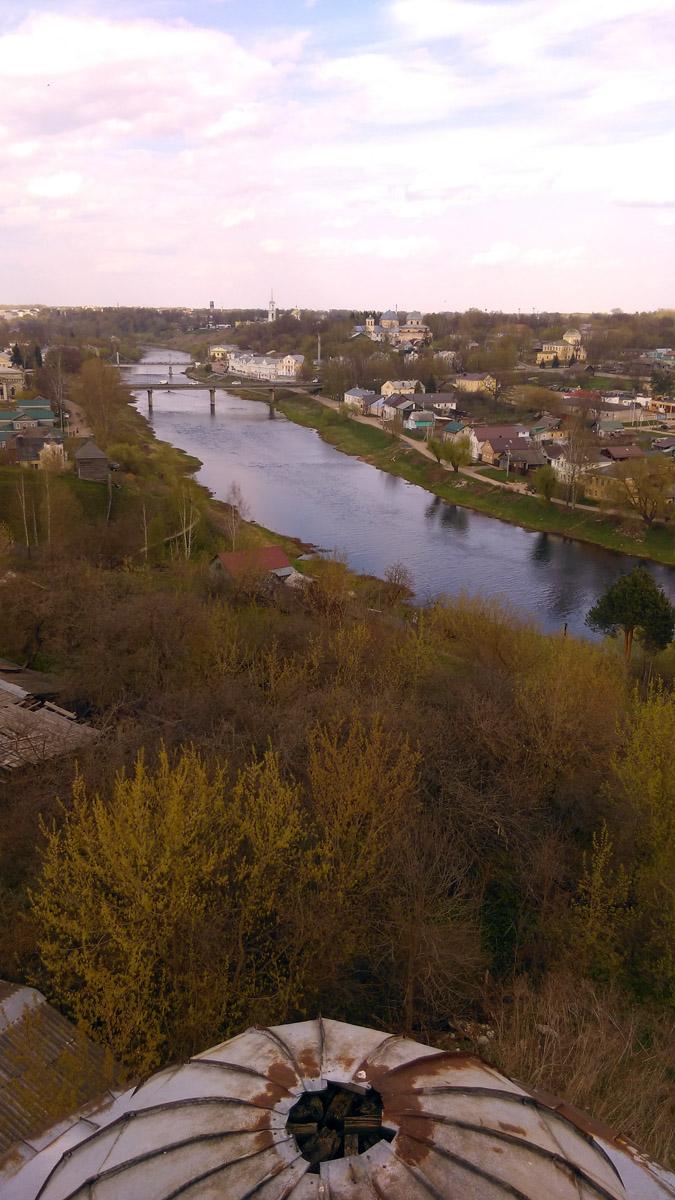 Река Тверца...  Снизу виден купол одного из четырех боковых башенок...