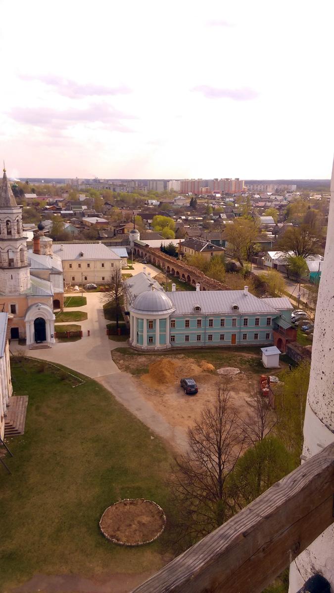 Голубое с белыми колоннами здание, это Братский корпус. Построен в 1818–1819 гг.