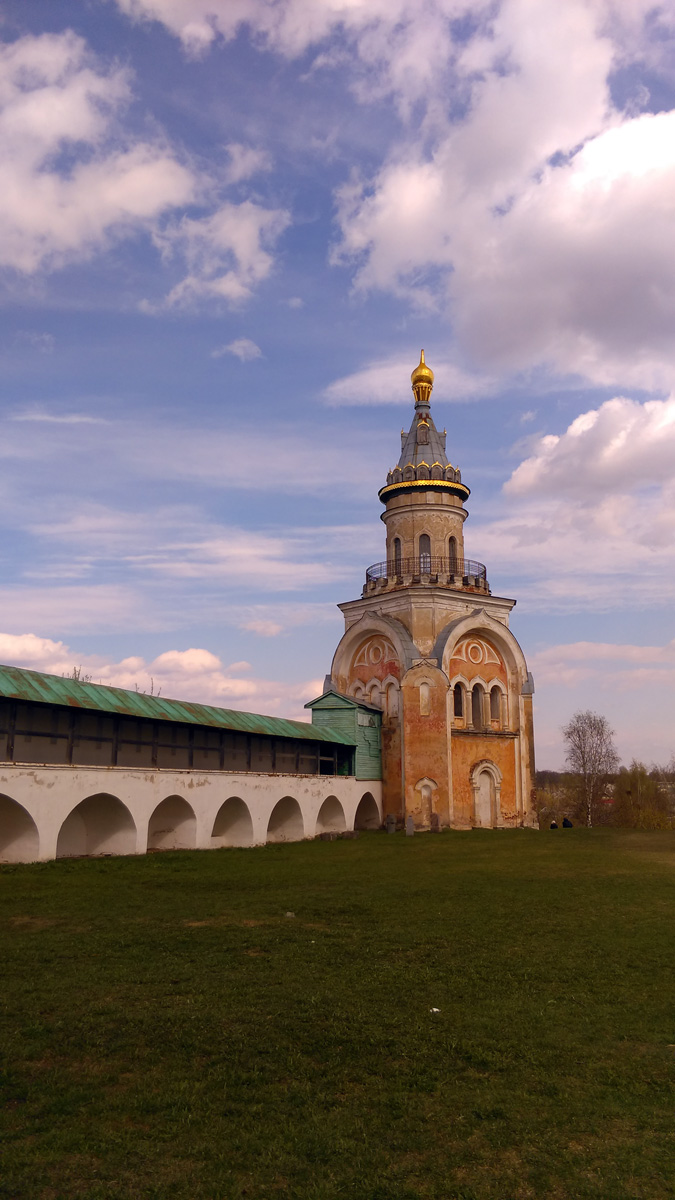 Но пора спускаться на грешную землю....  Северная стена монастыря соединяет Свечную башню с надвратной церковью во имя Спаса Нерукотворного и колокольней (1804-1811)