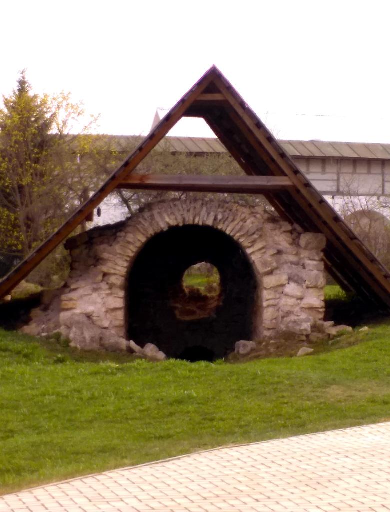 Погреб-ледник.  Находится на территории братского корпуса, закрытой для посещения.