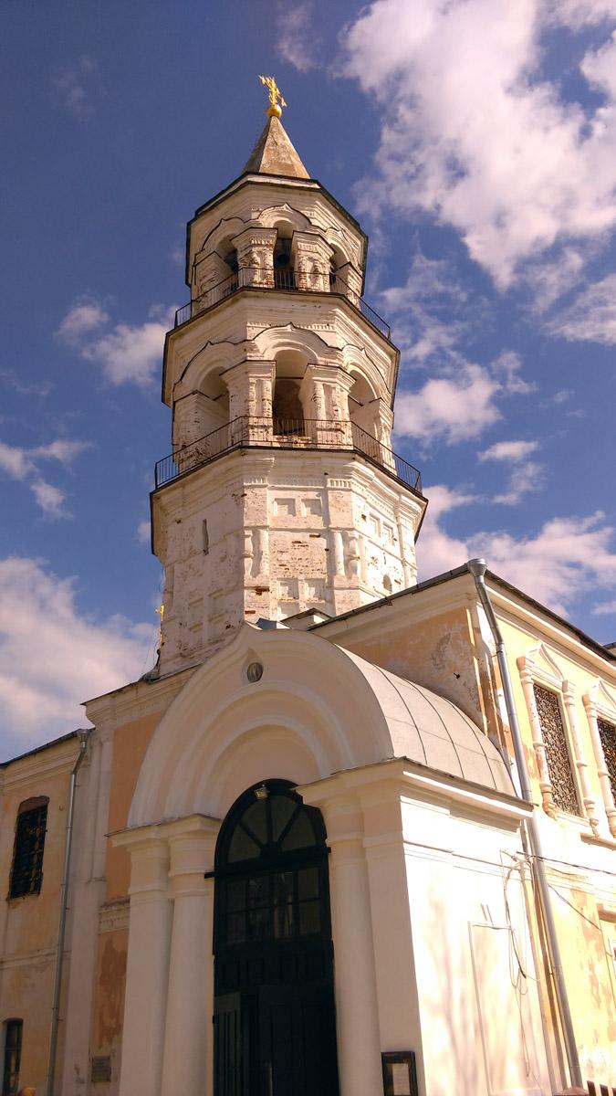 Храм Входа Господня в Иерусалим. В разных источниках год постройки варьируется от 1600 до 1717 года. В любом случае, это самая древняя церковь из сохранившихся в Торжке. Кстати и сам монастырь считается третьим по старшинству монастырем со времени их появления на Руси.